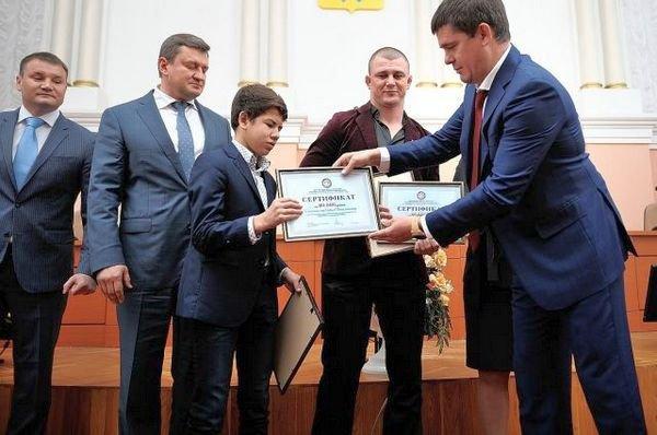 Евгений Арапов и депутат горсовета Андрей Хавилов поздравили борцов